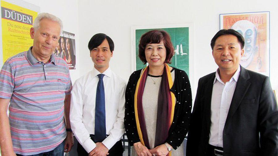 Von links nach rechts: Dr. Hahn, Hr. Luu, Fr. Thái, Hr. Nguyen