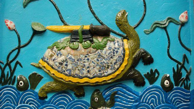 Die heilige Schildkröte http://upload.wikimedia.org/wikipedia/commons/3/3d/Kim_Qui_and_the_Restored_Sword_%28Hoan_Kiem%29_in_ceramics.jpg