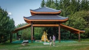 """© CUNITZ, SEBASTIAN Fernöstlich: der Padmasambhava-Pavillon im Kloster """"Buddhas Weg""""."""