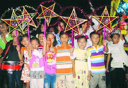 Vietnamesische Kinder mit traditionellen 5-sternigen Laternen